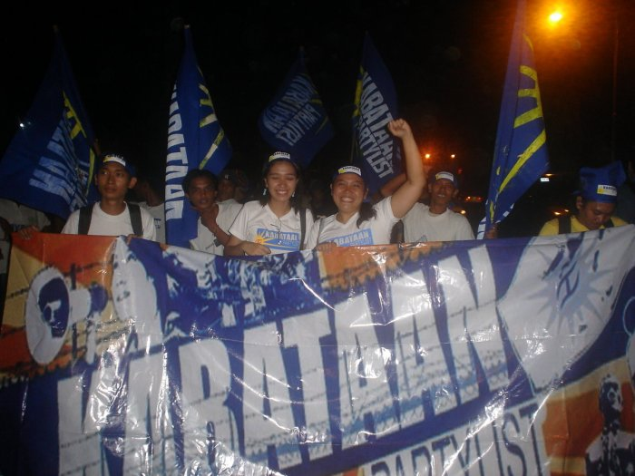 Rachelle raising her fist during the May 2007 multiparty miting de avance of the Kabataan Partylist, Bayan Muna, Anakpawis, and Gabriela at Colon St. That's me in the extreme left.