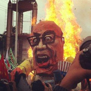 """Protesters burn effigy of Aquino, chanting """"Tuta ng Amerikano""""! http://ow.ly/i/2FDCq"""