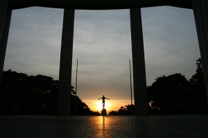 Photo Credits: http://upload.wikimedia.org/wikipedia/commons/0/0d/Oblation_diliman.jpg